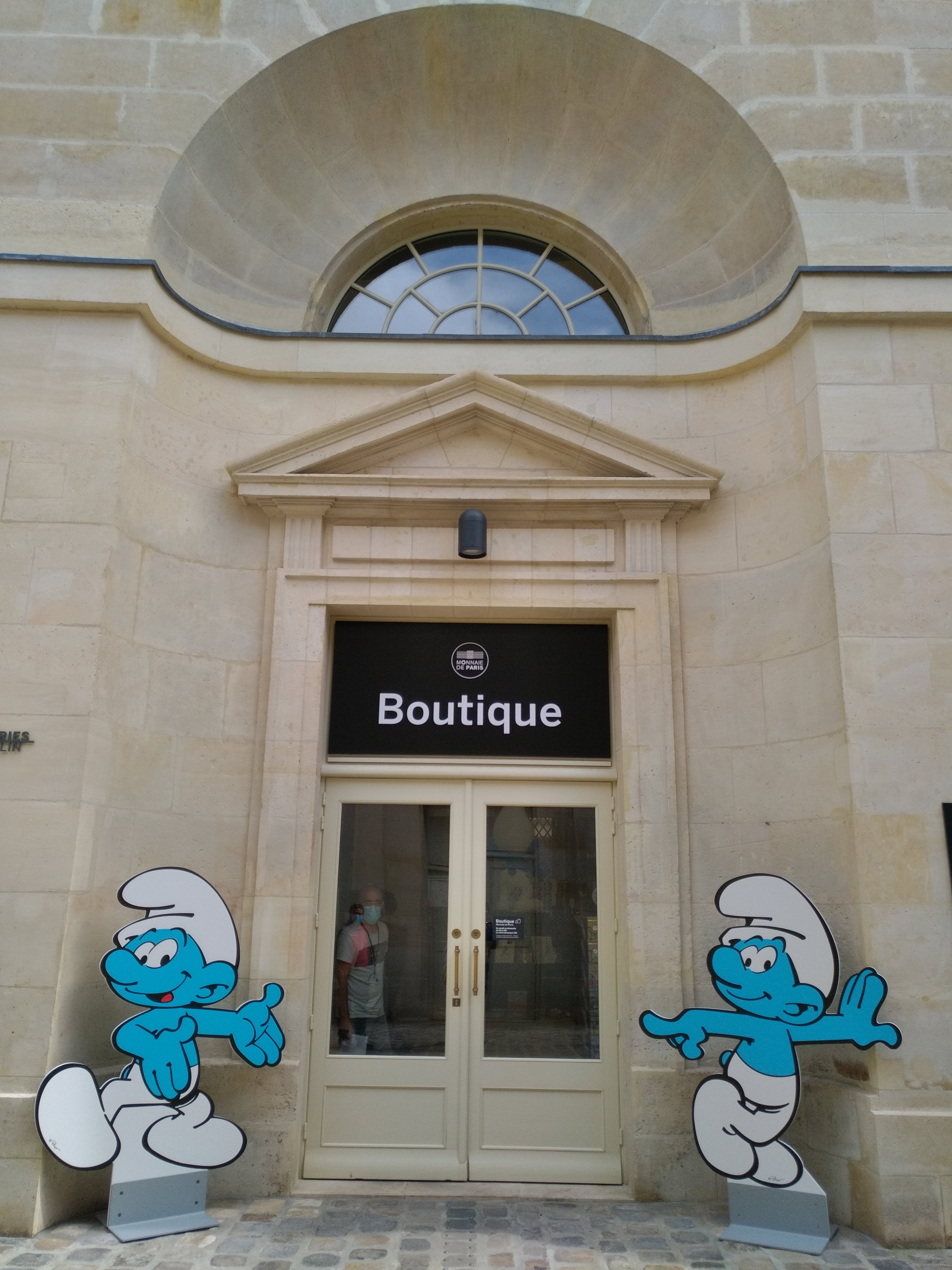 figurines des schtroumpfs devant l'entrée de la boutique de la Monnaie de Paris