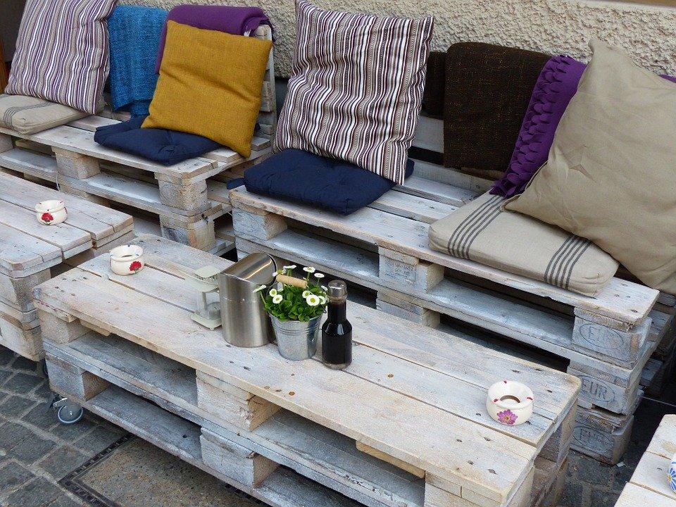 banquettes et tables réalisées en palette de bois
